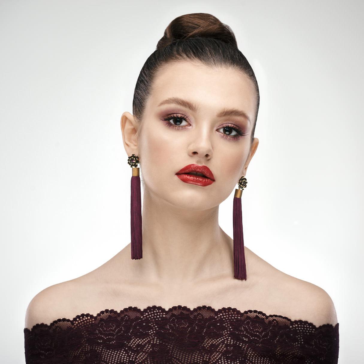 Портрет девушки с макияжем и украшениями на белом фоне, профессиональная студийная фотосессия в Минске